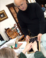 Photo of E.J. Gold demonstrating Blind Can Draw techniques at art class